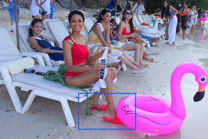 Đây không phải là lần đầu tiên HHen sử dụng dép lào. Ở cuộc thi Miss Universe 2018,