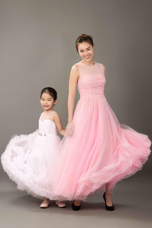 Bé Thỏ - con gái Xuân Lan diện váy công chúa bồng bềnh, chụp ảnh cùng diễn viên Lan Ngọc trong dự án Tự hào Việt Nam.