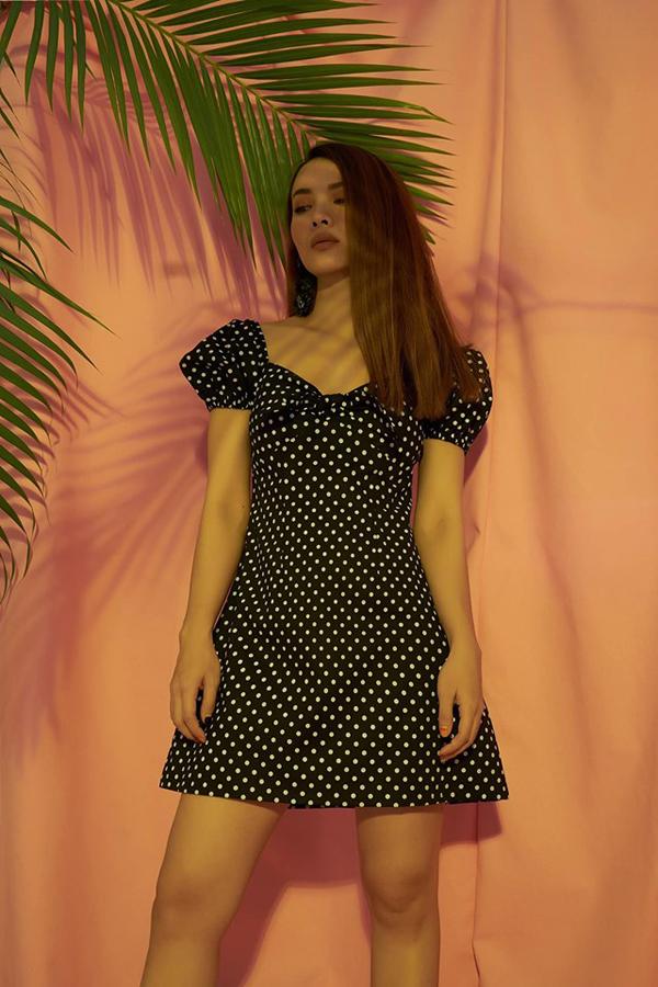 Đầu mùa xuân hè, Yến Trang nhiệt tình lăng xê các kiểu váy hoa, đầm maxi. Nhưng vào dịp nắng cao điểm, ca sĩ lại chọn các kiểu váy ngắn, đầm chấm bi để chưng diện.