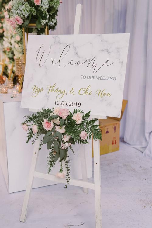 Bảng welcome đi theo xu hướng trang trí cưới hiện đại với phông nền marble và chữ thư pháp nghệ thuật Calligraphy. Chi Hoa và chồng tổ chức hai đám cưới ở hai nơi chỉ cách nhau có 8 ngày nên uyên ương không tránh khỏi căng thẳng.