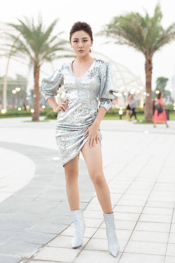 Mẫu váy dễ mang lại hiệu ứng lấp lánh dưới ánh đèn sân khấu được Văn Mai Hương phối cùng bốt ánh kim đồng điệu màu sắc.