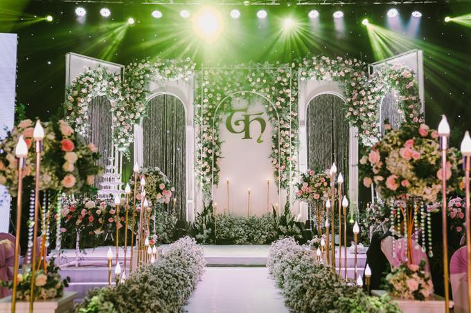 Bên trong sảnh tiệc là khu vực sân khấu mô phỏng khu vườn hoa mùa hạ. Ekip đã dựng backdrop mô phỏng cung điện châu Âu với chiều cao 4m, chiều ngang 10m với hoa tươi, đèn dây.