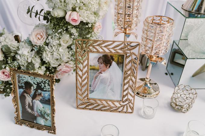 Trên bàn gallery là ảnh tiền đámcưới của uyên ương được chụp ở Hàn Quốc.