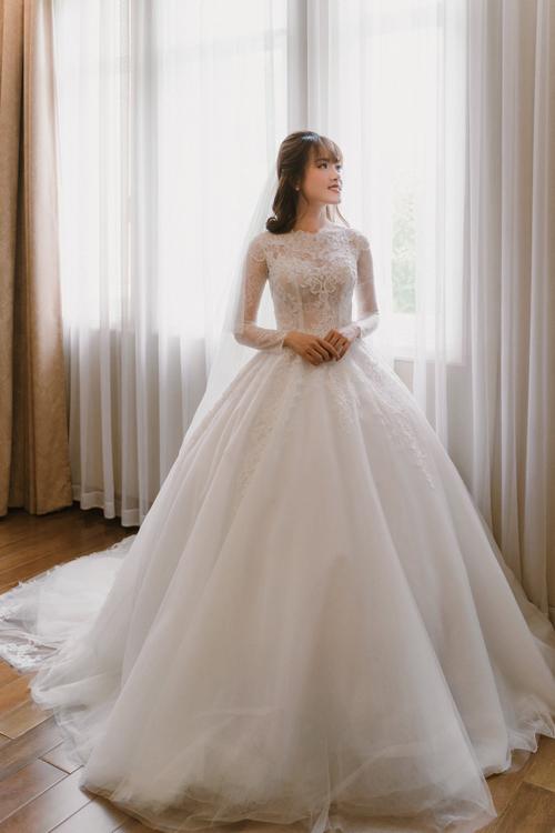 Thân dưới của váy có độ xòe phồng nhờ lớp tùng xòe rộng bên trong.