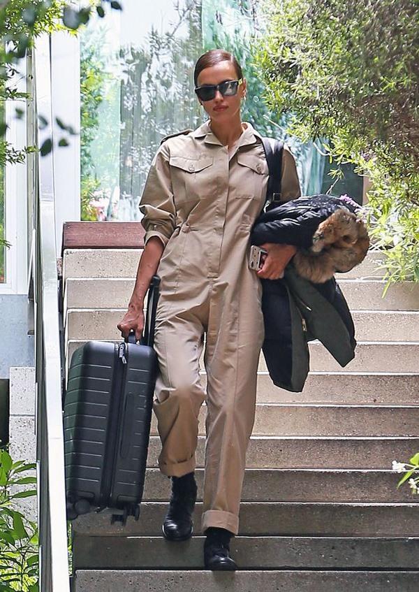 Irina Shayk xách vali rời khỏi nhà.