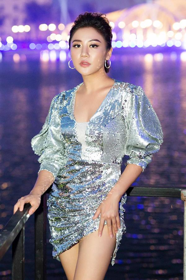 Văn Mai Hương nổi bật hơn nhờ váy sexy cắt may trên chất liệu vải sequins ánh bạc.