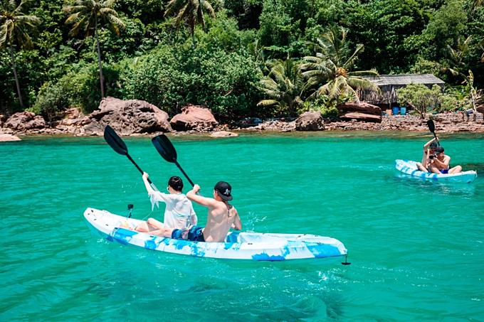 Du khách có thể trèo thuyền để tới khám phá các hòn đảo lân cận Hòn Thơm.