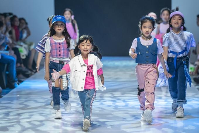 Đây là lần thứ 4 Junior Fashion Runway được tổ chức với mong muốn phát triển ngành thời trang thiếu nhi qua việc trình diễn các bộ sưu tập có tính ứng dụng cao của những nhà thiết kế trong nước và quốc tế.