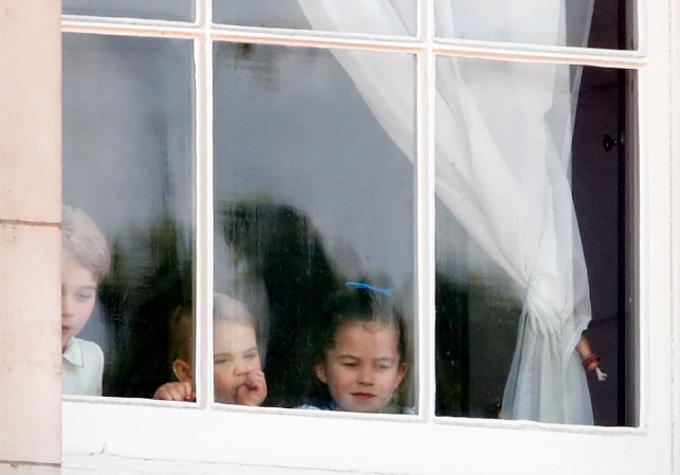 Louis mải mút tay bên anh chị trên cửa sổ Điện Buckingham. Ảnh: Max Mumby.