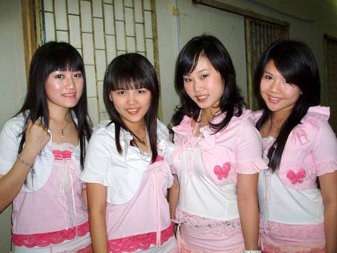 Samantha (thứ hai từ bên phải sang) khi còn trong nhóm nhạc Four Golden Princess.