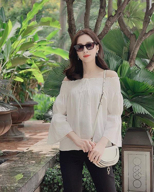 Không rời bỏ phong cách thanh lịch, dịu dàng nhưng Đặng Thu Thảo vẫn khéo léo chọn đồ đúng trend để khoe nét gợi cảm đúng mực.