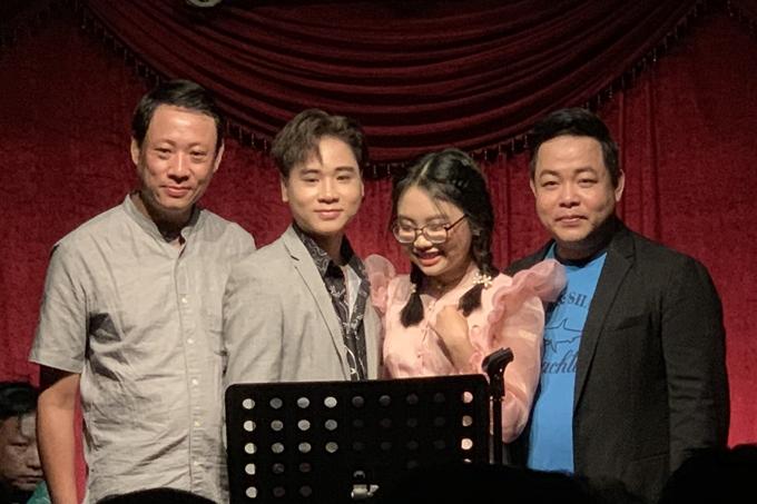 Quang Lê (phải) bên cạnh Phương Mỹ Chi, Quang Nhật và bố ruột Quang nhật.