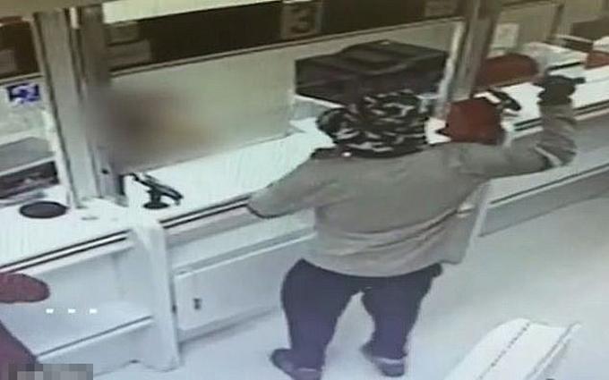 Tên cướp 47 tuổi giơ quả bơ giả làm lựu đạn để dọa nhân viên ngân hàng ở thành phố Beersheba, Israel. Ảnh: Israel Police.