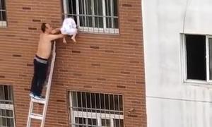 Hàng xóm bắc thang đỡ bé kẹt cổ vào cửa sổ suốt 40 phút