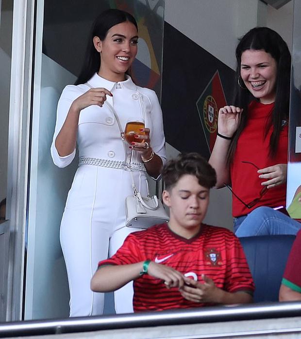 Trước đó, trên khu khán đài VIP của sân Estadio do Dragao, Porto, người đẹp 25 tuổi