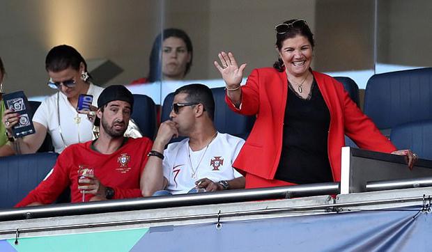 Anh trai và chị gái siêu sao Bồ Đào Nha cũng tới sân ủng hộ đội nhà.