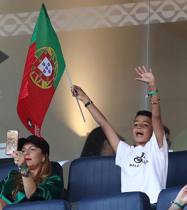 Nhóc Cristiano Jr hân hoan tay cầm cờ Bồ Đào Nha