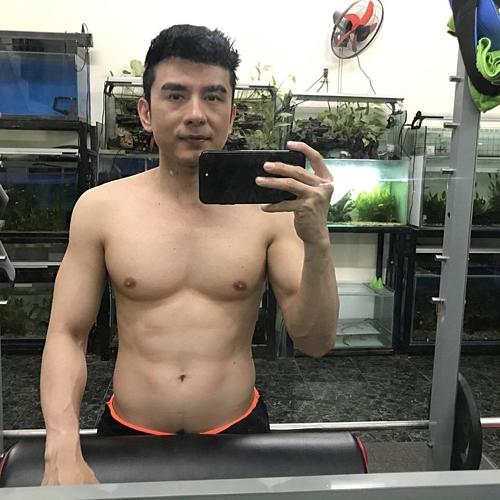 Chia sẻ về cách để giữ được body 6 múi ở tuổi 43, ca sĩ Đan Trường khuyên: bạn nào tập gym nên nhớ phải ngủ nhiều cácnhóm cơ mới phục hồi nhé. Nếu không cơ sẽ không phát triển và không hiệu quả.