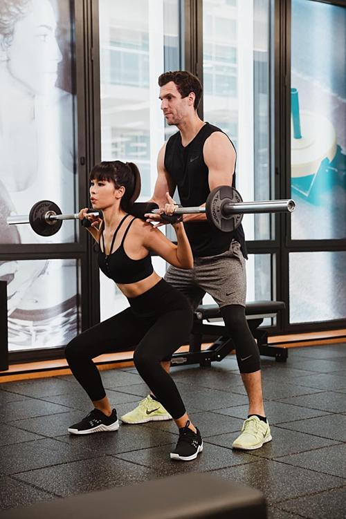 Siêu mẫu Hà Anh chăm chỉ tập gym để lấy lại vóc dáng săn chắc như thời son rỗi.