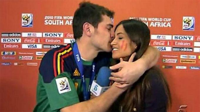 ... gợi fan nhớ tới hình ảnh thủ thành Casillas ôm hôn bạn gái cũng là nữ phóng viên thể thao Sara Caronero 9 năm trước.