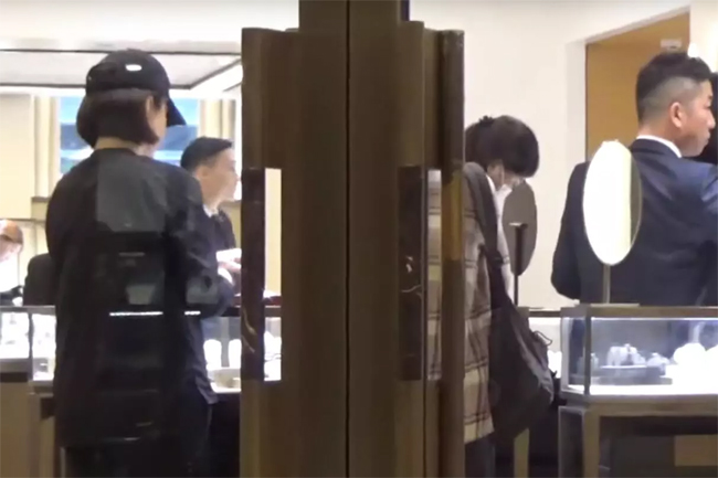 Một tờ báo Hong Kong đăng tải hình ảnh diễn viên Lâm Thanh Hà đi mua sắm hôm 10/6. Nữ diễn viên 64 tuổi đội mũ lưỡi trai, ăn mặc kín đáo và vào tiệmnữ trang Cartier. Đi cùng cô là một số người bạn, vàngười đàn ông khoảng ngoài 30, tướng tá phong độ. Cả hai người cười nói vui vẻ.
