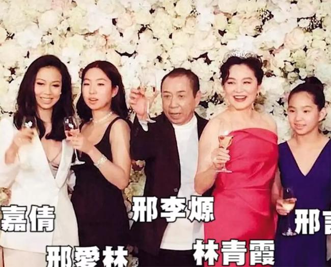 Vợ chồng Lâm Thanh Hà bên các con chung, con riêng (ngoái cùng bên trái).