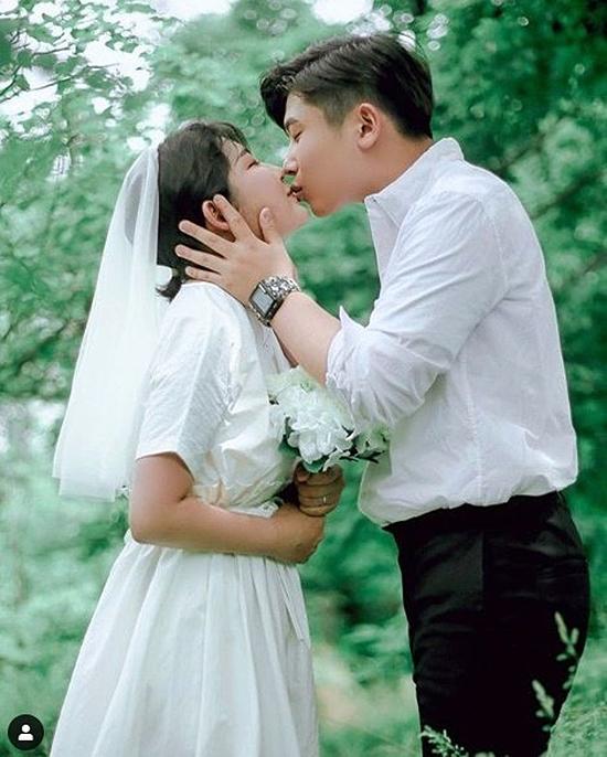 Cô con gái diễn viên quá cố Choi Jin Sil gây xôn xao mạng xã hội hôm 10/6 khi đăng ảnh mặc áo cưới, sánh vaicùng bạn trai. Trước tin đồn bí mật kết hôn ở tuổi teen, Choi Joon Hee phủ nhận. Cô bé hôm 11/6 chia sẻ với báo chí, bộ ảnh được chụp ngẫu hứng, cô mượn soiree của một người bạn để làm cô dâu, trong khi bạn trai cô vẫn mặc đồng phục đi học. Bộ ảnh Đám cưới trẻ con vì thế trông rất giản dị, đáng yêu. Joon Hee cũng tiết lộ, bộ ảnh là kỷ niệm 1 năm hai người yêu nhau.