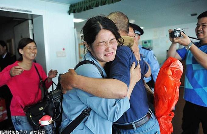 Em gái ông Nian bật khóc khi đoàn tụ với anh trai. Ảnh: Peoples Daily.