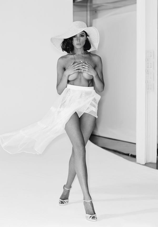 Hoa hậu 26 tuổi rất vui sướng khi có được vinh dự này. Cô thổ lộ: Tôi luôn xem danh sách Maxim Hot 100 hàng năm với sự ngưỡng mộ. Có rất nhiều phụ nữ thông minh và thành công ở vị trí này đã truyền cảm hứng cho tôi theo nhiều cách khác nhau. Tôi vẫn chưa thể tin nổi đây là sự thực!. Những sao nữ từng đứng vị trí số 1 là Miley Cyrus, Kate Upton, Hailey Baldwin hay Stella Maxwell...