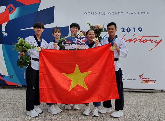 Châu Tuyết Vân và đồng đội mừng tấm HC vàng tại giải Grand Prix Rome 2019.