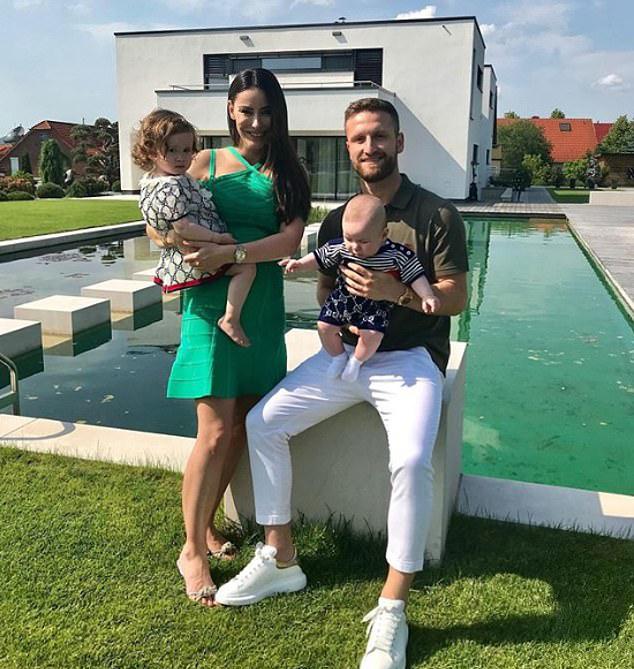 Shkodran Mustafi của Arsenal đưa vợ con về Đức nghỉ hè