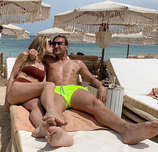 Cựu tiền đạo Luca Totti mặc quần short nõn chuối nổi bật