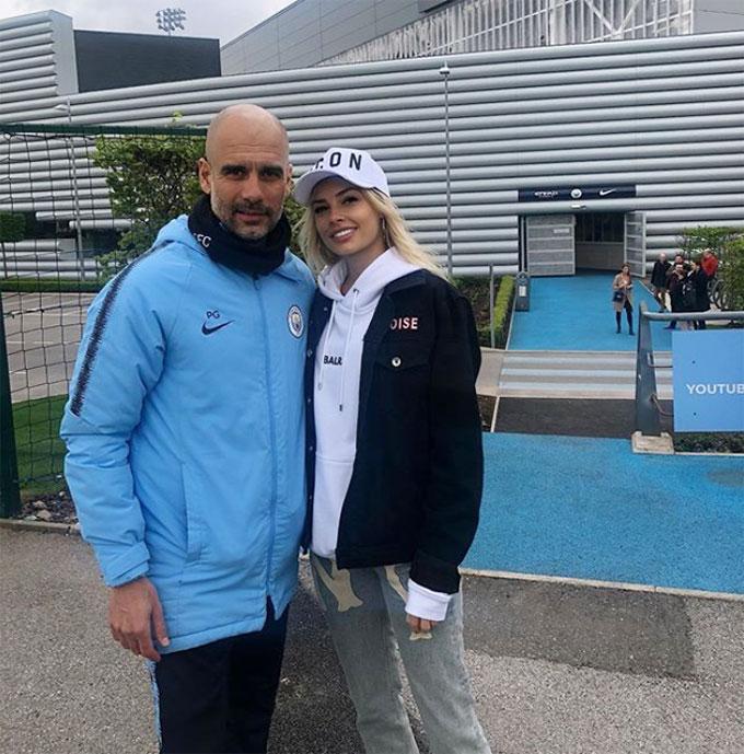 Người đẹp Ukraina chụp ảnh cùng HLV Man City, Pep Guardiola.