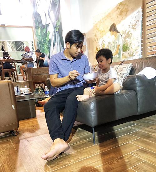 Diễn viên Thanh Bình đưa con lên trường quay khi vợ vắng nhà.