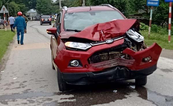 Chiếc Ford vỡ nát đầu sau cú tông xe máy.