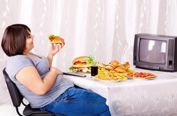 Vừa ăn vừa xem tivi Thói quen này khiến bạn mất tập trung và dễ nạp lượng thức ăn lớn hơn nhu cầu.  Nghiên cứu cũng chỉ ra rằng, hành vi sử dụng điện thoại khi đang ăn khiến cơ thể không hấp thụ hết các chất dinh dưỡng từ thức ăn. Điều này sẽ làm ảnh hưởng đến quá trình tiêu hóa và gây tích tụ những chất béo xấu trong cơ thể.