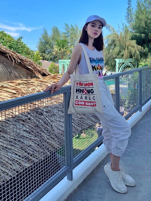 Sau khi nhận giải Blogger thế giới tại LHP Cannes 2019, Jolie Nguyễn về nước gia nhập thành viên Hội trộm nhựa. Đây là tổ chức được thành lập nhằm kêu gọi cộng đồng chung tay bảo vệ môi trường sống. Người đẹp Việt kiều Australia mặc áo thun, đeo túi có dòng chữ Tôi chọn không xả rác. Còn bạn? khi về Bình Thuận tham gia nhặt rác trên bãi biển.