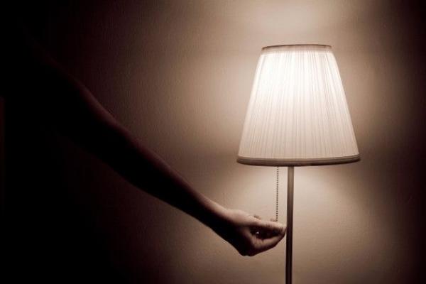 Tắt toàn bộ đèn phòng ngủ Theo một nghiên cứu được đăng trên Tạp chí Journal of Pineal Research, khi bạn ngủ, hormone melatonin giúp cơ thể sản sinh nhiều chất béo nâu để đốt cháy calo. Điều đó có thể xảy ra khi bạn ngủ trong bóng tối hoàn toàn. Bởi vậy hãy đảm bảo phòng ngủ không có ánh đèn để thúc đẩy quá trình giảm cân.