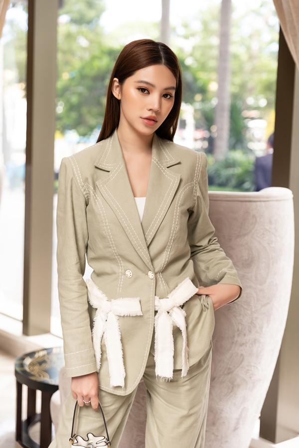 Hoa hậu Jolie Nguyễn chọn trang phục thanh lịch hơn thường ngày phù hợp sự kiện.
