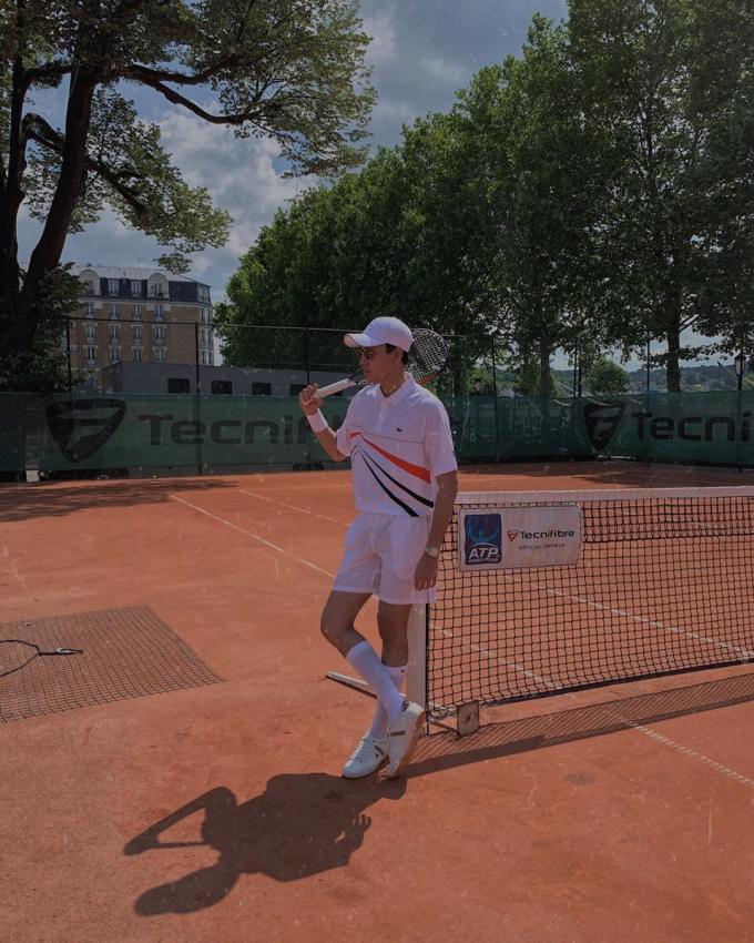 Với xuất thân từ danh tiếng của nhà sáng lập,René Lacoste, thương hiệu cùng tên này đã chính thức bước sang năm thứ 48 đồng hành cùng giải quần vợt danh giá Roland Garros, trong vai trò đối tác chiến lược, cũng như nhà tài trợ chính. Mỗi năm, thương hiệunày đều cho ra mắt một BST vào mùa giải. Không chỉ gói gọn ở quần vợt, Lacoste dần phát triển và vượt ra khỏi giới hạn của một môn thể thao, trở thành một thương hiệu thời trang có vị trí nhất định trên thế giới.