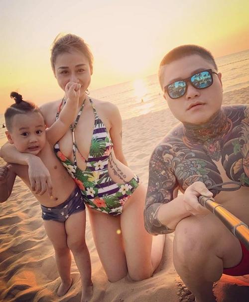Ca sĩ Vũ Duy Khánh và vợ cũ cùng đưa con trai đi du lịch.