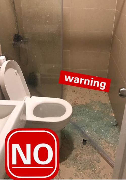 Kính cường lực phòng tắm bị vỡ hoặc nổ có thể gây nguy hiểm cho người sử dụng.