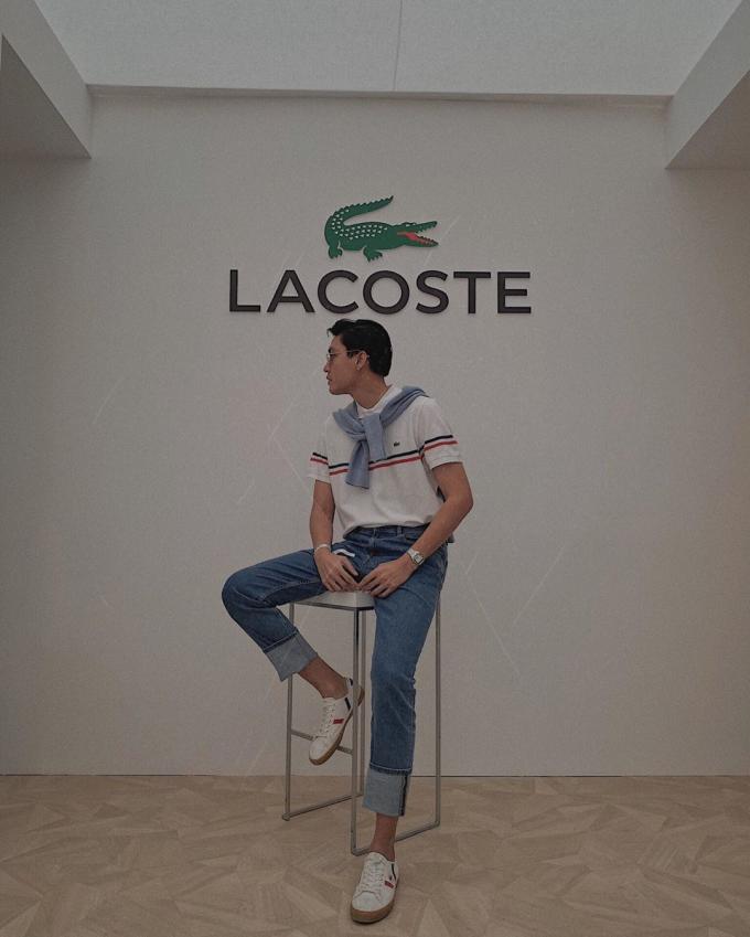 Áo polo Lacoste vừa vặn, vẻcổ điển nhưng vẫnthanh lịch,năng động, phối với chiếc jeans đơn giảncùng một đôi giày thể thao đã đủ giúp người mẫu 9X nổi bật trên phố.