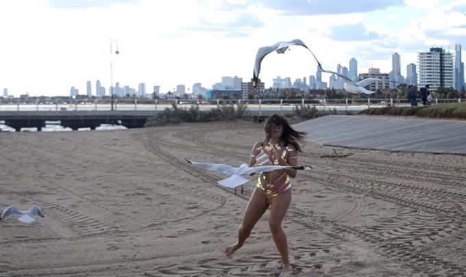 Cô gái sexy kể trải nghiệm mặc đồ bơi từ băng dính  - 6
