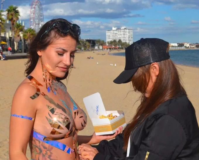 Cô gái sexy kể trải nghiệm mặc đồ bơi từ băng dính  - 7