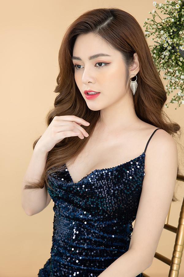 Cao Diệp Anh sinh năm 1995, từng lọt top 5 tại cuộc thi Người đẹp xứ Tuyên 2014 và được bình chọn là thí sinh có làn da đẹp nhất.