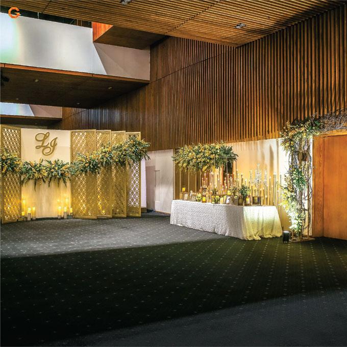 Sắc hoa vàng - cam điểm cắm xen kẽ giữ được tính gần gũi, ấm cúng cho không gian tiệc cưới.