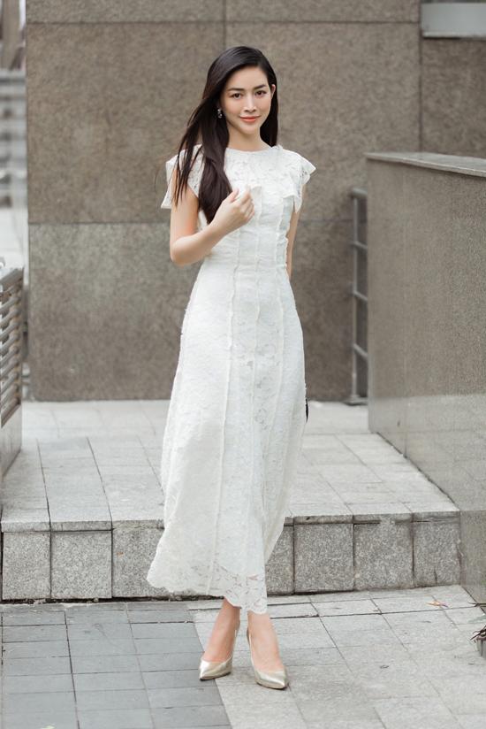 Nữ diễn viên được Adrian Anh Tuấn tư vấn các mẫu váy liền thân, tông trắng thanh nhã để dự tiệc mùa hè.