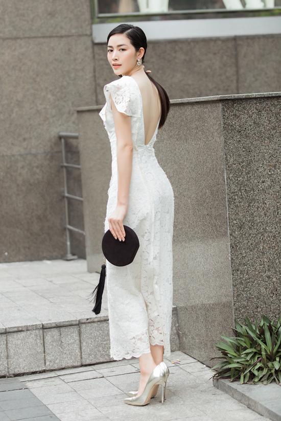 Vào mùa này, Adrian Anh Tuấn lăng xê các kiểu váy ren gợi cảm. Ngoài việc chọn lựa chất liệu hợp mùa, nhà mốt còn áp dụng những đường cut-out khai thác khoảng hở.