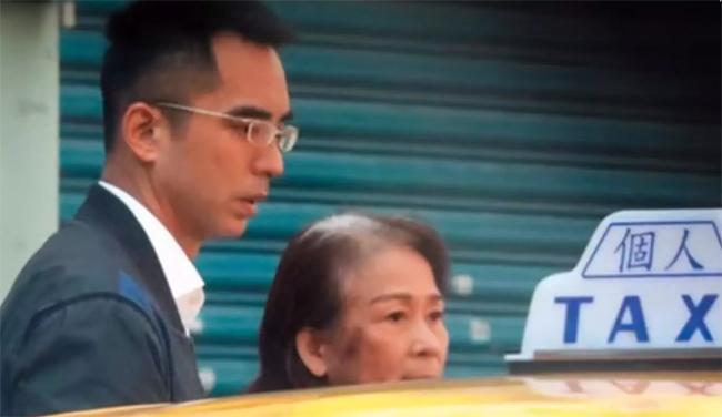 Em trai Lâm Chí Linh đưa mẹ đẻ đi khám bệnh.